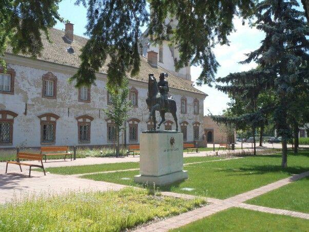 Sarlós Boldogasszony Ferences templom és kolostor előtt, Vak Bottyán János lovasszobra
