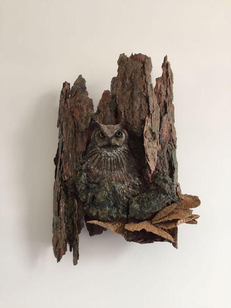 Uil in boom. Keramiek, hout en paverpol