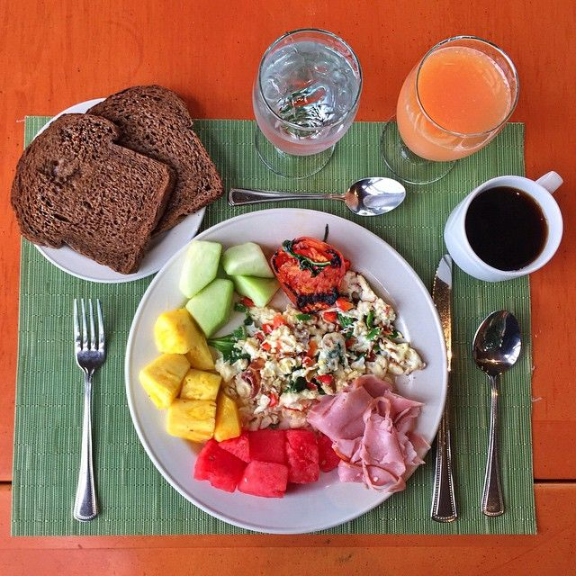 """Enjoying my last #brunch in paradise aka Bermuda. It was a great trip - we captured some awesome footage that I look forward to sharing. Here's my last meal: egg white scramble, cold cuts and smoked salmon, grilled tomato, fresh fruit, toasted rye bread, grapefruit juice and cafecito. While I love traveling, there's no place like home, or my own kitchen and gym. And the church said, """"Amen. And Boom."""" #dtownbound #imgonnasnoresoloudontheplane (traduccion abajo) Disfrutando de mi última…"""