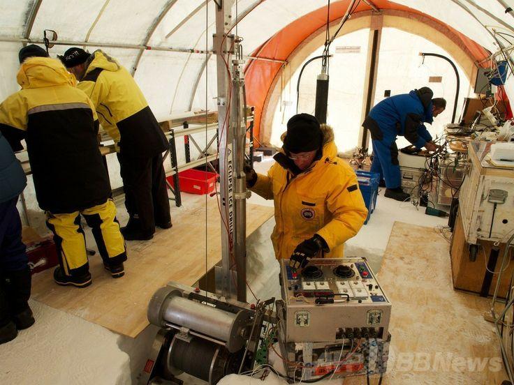 南極のオーロラ盆地(Aurora Basin)で行われる氷床コア採取の様子(撮影日不明)。(c)AFP/AUSTRALIAN ANTARCTIC DIVISION/TONY FLEMING ▼9May2014AFP|南極で2000年前の氷床コアを採取 http://www.afpbb.com/articles/-/3014472
