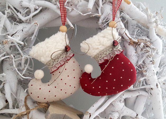 *Set Weihnachts -Stiefelchen* Zwei süsse Stiefelchen aus Leinen, geschmückt mit Rüsche, Holzherzchen und Klöppelspitze für den Weihnachtsbaum, Weihnachtsstrauß oder als...