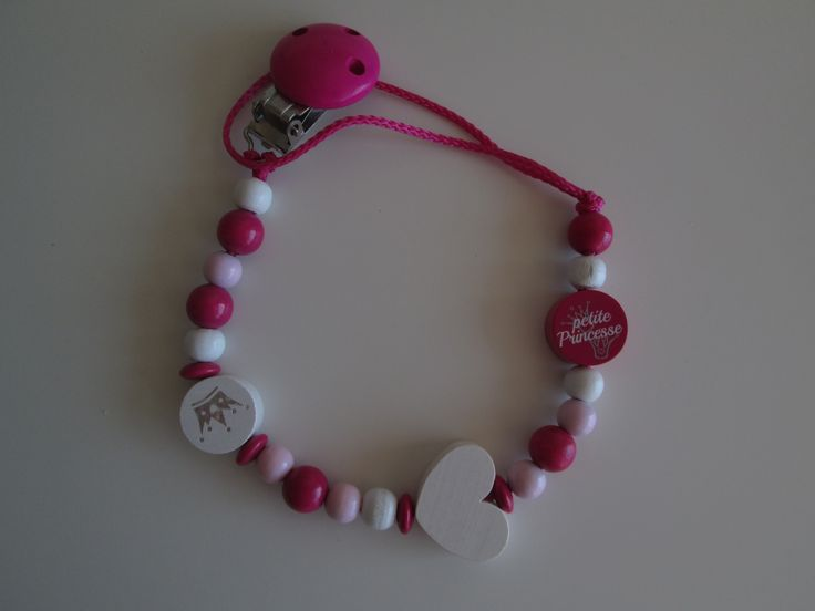 """Attache tétine """"petite princesse"""" - thème rose, fuchsia et blanc. 13.00 euros  A retrouver sur ma page facebook : https://www.facebook.com/Les-Bobinettes-1699438450336617/ Ou sur la boutique a little market : https://www.alittlemarket.com/boutique/les_bobinettes-2737221.html"""