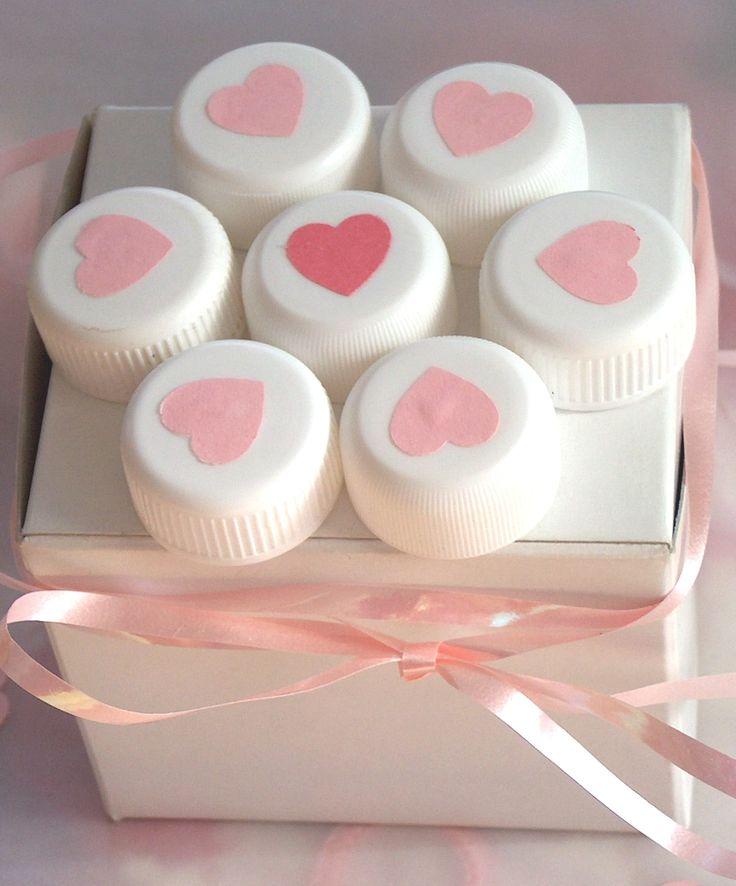 DÁREK Z LÁSKY - krabička na dárek, ozdobená plastovými víčky a srdíčky EKOATELIÉR 2015  Love gift- gift box with plastic bottle caps and hearts