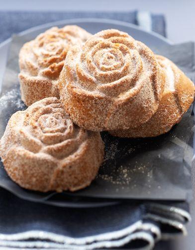 Recette Roses de Noël aux épices : Préchauffez le four à th. 6/180°. Mélangez la farine, la levure, et 1 c. à café d'épices à pain d'épices. Ajoutez le beurre fondu, la cassonade, le miel et les oeufs. Mélangez bien. Remplissez des moules individuels en forme de roses, beurrés, et f...
