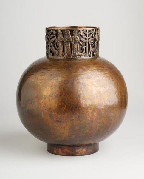 Teván Margit (1901-1978) Váza 1940-es évek montírozott öntött trébelt vörösréz magasság 19 cm test átmérő 17 cm szájátmérő 8 cm alján beütve Teván szignó