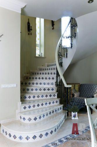 Фото интерьера лестницы небольшого дома в стиле кантри