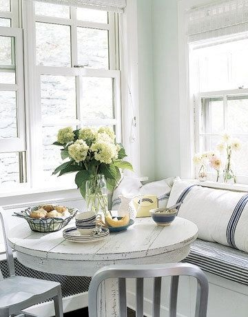 Banquette. I like the seating and the table. Would like to make a coffee table similar to that.