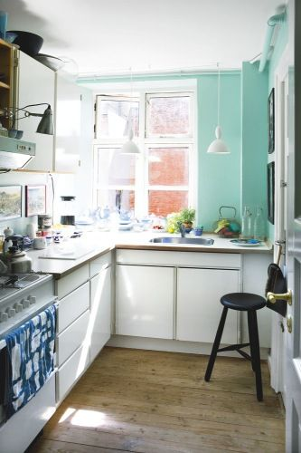 narrow but colourful kitchen wallsWall Colors, Kitchens Colors, Decor Ideas, Kitchens Wall, Green Wall, Blue Wall, Small Spaces, Wall Colours, Mikkel Lejlighed