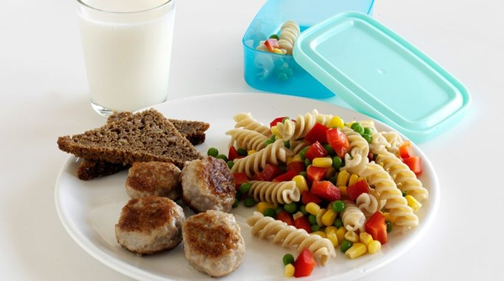 Madpakke med pastasalat og frikadeller til børn 3-6 år