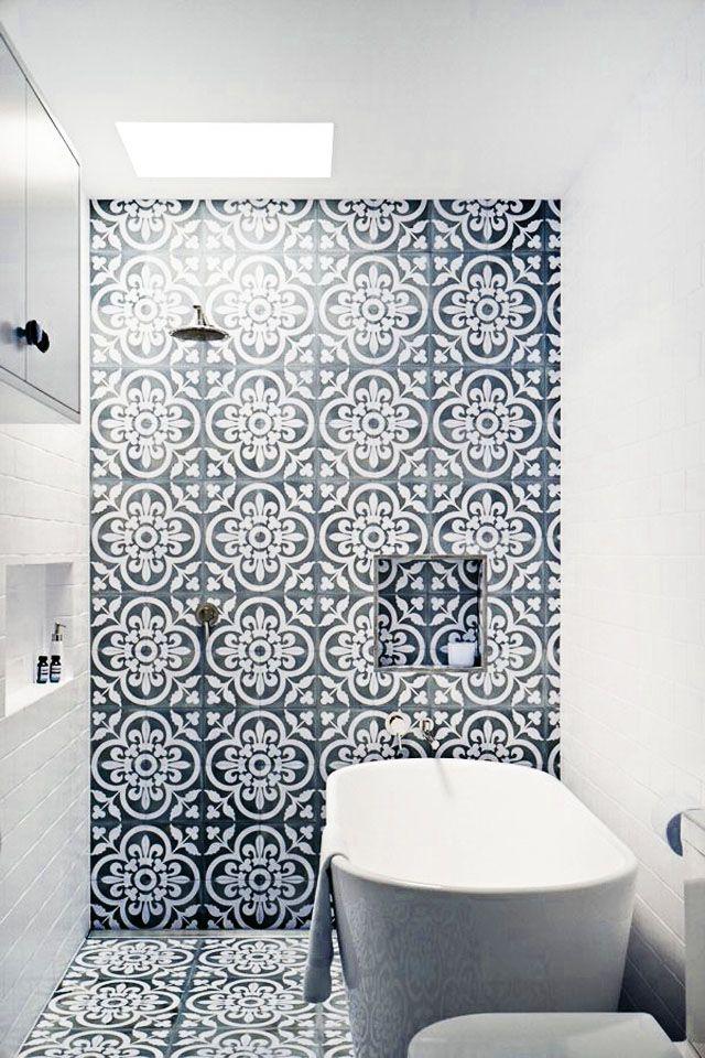 Piastrelle con disegni bianchi e neri per decorare il bagno