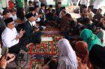 Ketua MPU Aceh Tengah bimbing 11 warga bersyahadat  TAKENGON (Arrahmah.com)  Ketua Majelis Permusyawaratan Ulama (MPU) Aceh Tengah. Drs. Tgk. H. M. Isa Umar memimpin dan membimbing ikrar syahadat sebagai tanda masuk Islam 11 warga Kala Wih Ilang. Pembacaan ikrar syahadat ini bersamaan dengan peletakan batu pertama pembangunan RKB MIS Kala Wih Ilang Kecamatan Pegasing Kabupaten Aceh Tengah Selasa (11/4/2017).  Sebelum mengucap dua kalimah syahadat Tgk. H. M. Isa Umar terlebih dahulu bertanya…