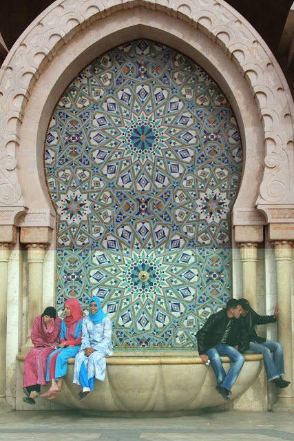Este não e um post sobre Casablanca… Porque da cidade pouco vimos. Casablanca e uma cidade comercial e industrial, com poucas atracções turisticas. A principal dessas poucas e a recente mesquita de Hassan II, construída entre 1980 e 1993, e terceira maior do Mundo. Situada mesmo junto ao mar, num promontório rochoso junto a baía, …