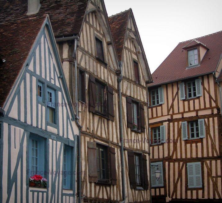 Auxerre : Facciate di case con pareti di legno