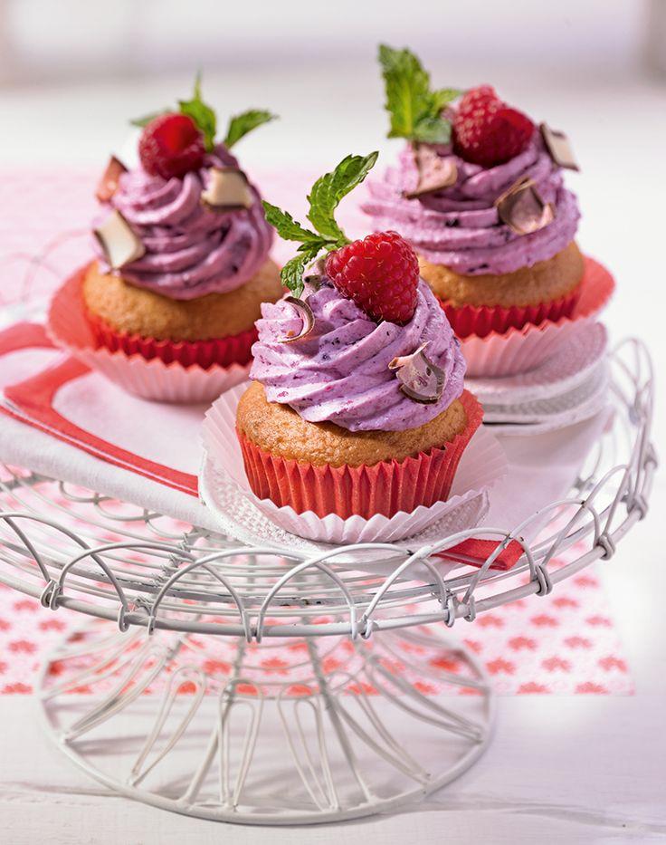 Joghurt-Schokowürfel-Cupcakes - Leckere Muffins mit einem Topping aus Beeren und Schlagsahne