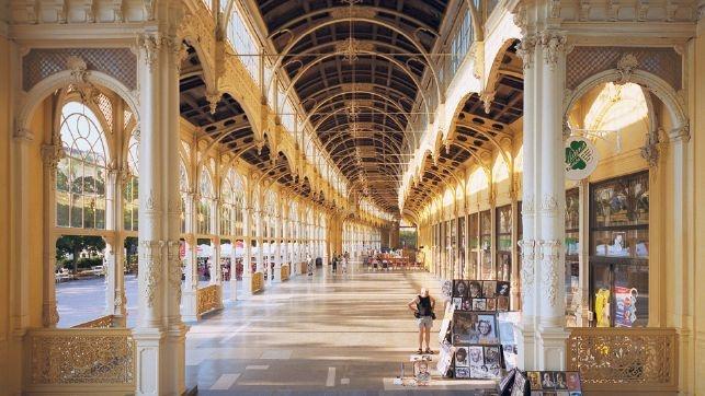 Prunkvolle Architektur aus längst vergangenen Tagen: Kolonnadenhallen in Marienbad vermitteln eine Ambiance wie in der Belle Epoque.