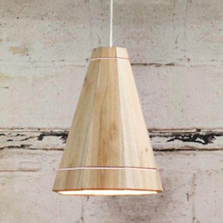 Origineel en bijzonder mooi ontwerp!Deze handgemaakte lampenkappen van gerecyclede pallets zijn verkrijgbaar in drie verschillende maten en drie verschillende kleuren elastiek (rood, wit en blauw).