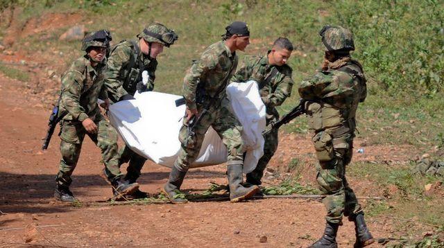 Des soldats colombiens portent le corps d'un des dix soldats tués par les Farc à Buenos Aires en Colombie le 15 avril 2015