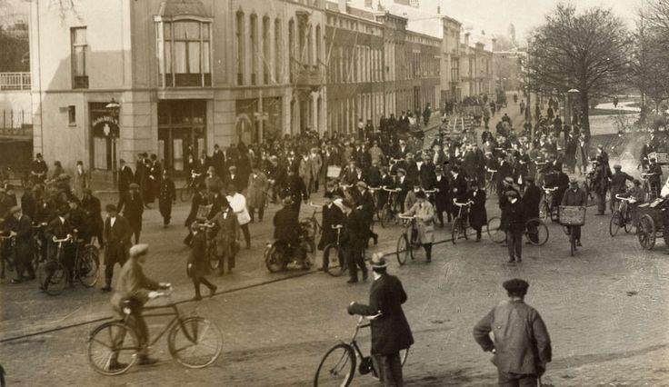 Arrestaties. Inval van de politie in huizen in Haagse stationsbuurt  waar roofovervallers wonen. Politie in het Huygenspark met de arrestanten op weg naar het bureau.De hele (mannelijke) buurt loopt uit. Nederland, Den Haag, 1922.