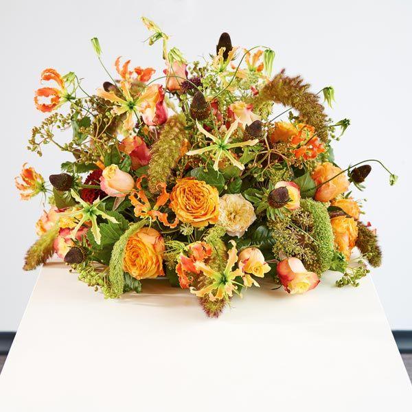 Rouwarrangement Seizoen Herfst. Bijzondere rouwarrangementen in verschillende vormen of met een symbolische betekenis, bij Afscheid met Bloemen vindt u het allemaal. In de rouwarrangementen gebruiken wij grote, bijzondere bloemen, altijd uit het seizoen. Gemaakt door Afscheid met Bloemen.
