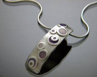 Absolutamente impresionante colgante de la resina con plata de ley para acentuar la separación entre las burbujas de colores diferentes. El collar de 18 pulgadas de largo y hecho de la cadena de la serpiente de 1,6 mm que tiene un corchete de la langosta de tamaño agradable, que puede ser acortado o alargado si es necesario. Por favor indicar longitud de la cadena en el área de comentario en el momento de la compra si la cadena estándar de 18 pulgadas no funciona para usted. Este fabuloso…