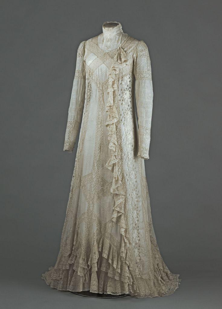 Pour recevoir dans l'intimité, en particulier le matin, les femmes avaient l'habitude de revêtir ce qu'on appelait un «peignoir» ou «déshabillé». A partir des années 1890, et surtout 1900, une nouvelle habitude mondaine s'imposa: une maîtresse de maison pouvait désormais recevoir ses amis proches à l'heure du thé, c'est-à-dire en fin d'après-midi, vêtue d'une robe d'intérieur dénommée «tea-gown» (robe pour le thé, en anglais). Cette robe, très légère, est à la fois une robe de…