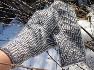 Frigga, tvåändsstickade vantar by marias garn ~ Swedish Pattern and also available in English via Ravelry kr.40.00 SEK .... approx $7 Aust ... a z-plied 5ply sport yarn recommended which is ideal for twined knits
