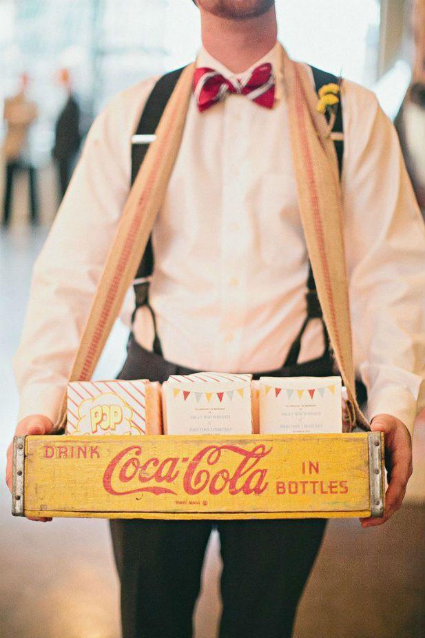 Idées originales pour votre mariage : distribution de chocolat comme au cinéma. Une idée pour les chocolats du café