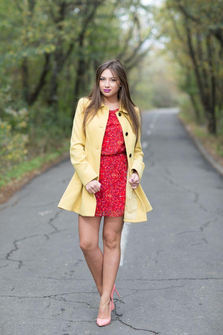 Modelul poarta  Floral print red dress - 89 RON  http://www.raspberryfashion.ro/imbracaminte/rochii/floral-print-red-dress  YELLOW COAT IN FOLDS - 199 RON http://www.raspberryfashion.ro/imbracaminte/sacouri-veste-jachete-paltoane/yellow-coat-in-folds