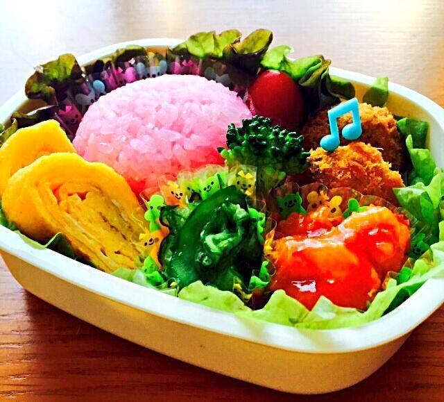 でんぶご飯 メンチカツ たまごやき エビチリ 胡瓜の塩もみ - 26件のもぐもぐ - でんぶご飯のお弁当 by maki07190305