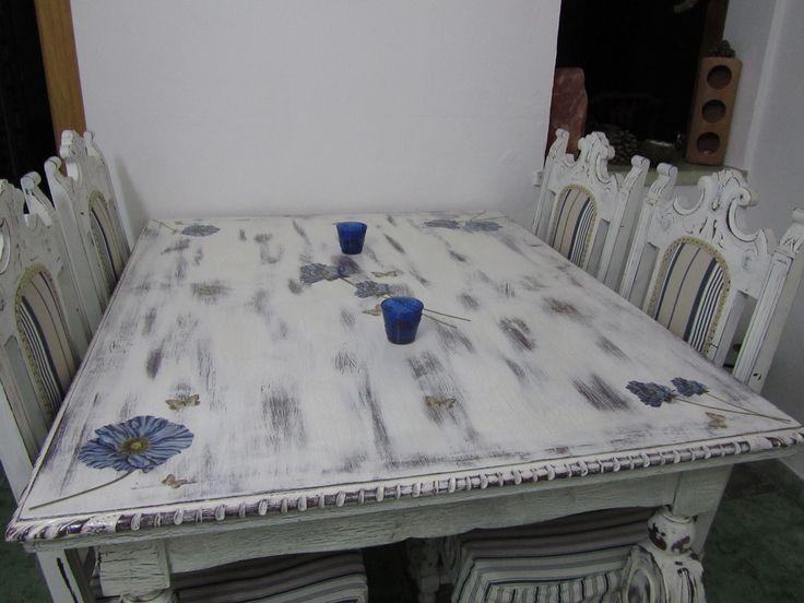 Mesa de comedor, restaurada y pintada a mano con apliques en decoupage.