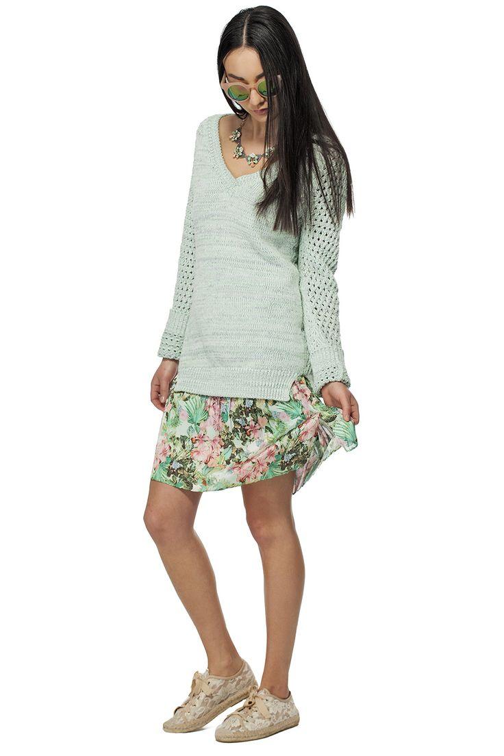 Pull col en V en maille et jupe plissée à imprimé tropical / Yarn v-neck sweater & tropical print pleated skirt https://www.tristanstyle.com/en/femmes/looks/4/fv040c1077zve50/