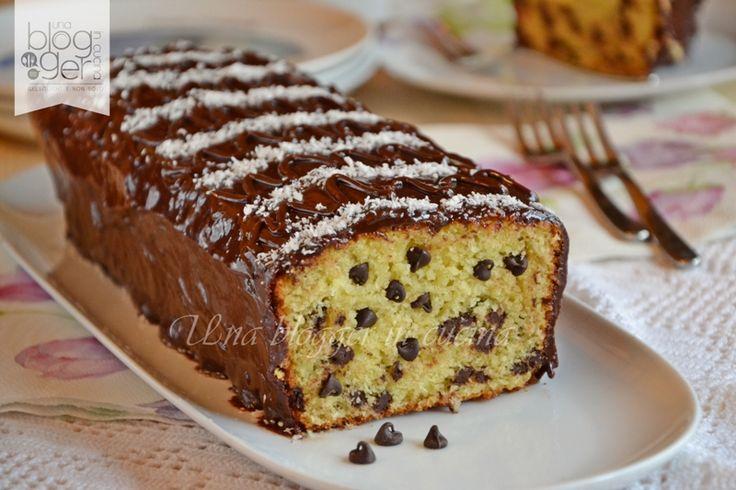 Plumcake cocco e cioccolato, un goloso plumcake con gocce di cioccolato e cocco rapé glassato con una glassa morbida al cioccolato fondente. Per merenda.