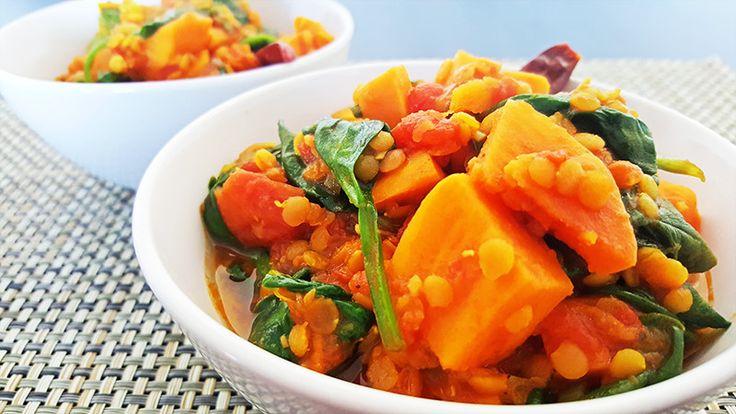 Rode linzen curry met zoete aardappelen en spinazie | Gewooneenfoodblog.nl