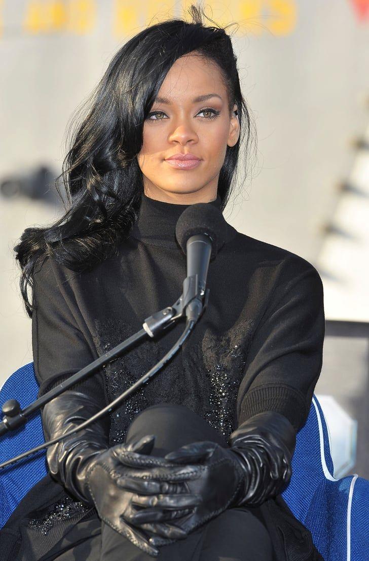 Rihanna zeigt ihr neues dunkles Haar bei einem Schlachtschiff-Event