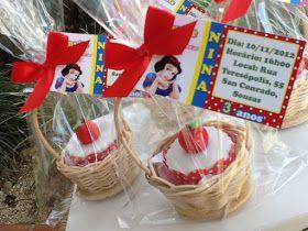 Mini cupcake de chocolate, recheado com brigadeiro   e decorado com pasta americana