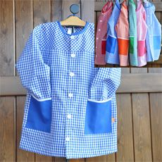 Batita en tela mascotita azul y bolsas en tela lisa con bies blanco y azul.