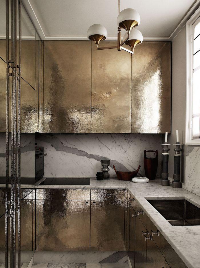 Con un estilo masculino y oscuro, este apartamento en París, en la Rue de Lille, perteneciente al interiorista Jean-Louis Deniot, está...
