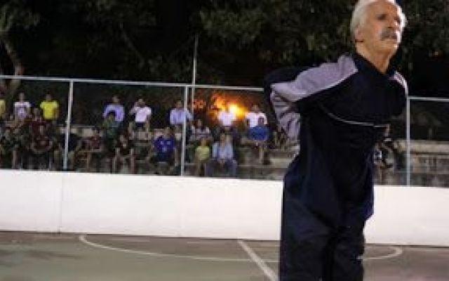 Travestito da vecchietto ridicolizza i giocatori di calcetto SPETTACOLO! In Messico, Séan Garnier si è travestito da vecchietto per andare a giocare una partita di calcietto. Dopo essere entrato in campo facendo finta di essere un vecchio con la schiena dolorante, inizia  #calcio #calcietto #freestyler #garnier