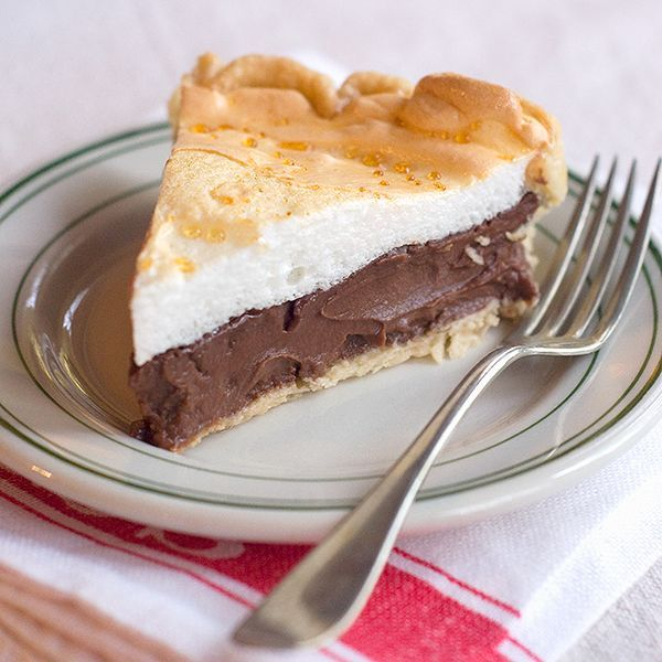 Chocolate Meringue Pie - an old fashioned, rich, and deliciously indulgent dessert. From /NevrEnoughThyme/ http://www.lanascooking.com/chocolate-meringue-pie
