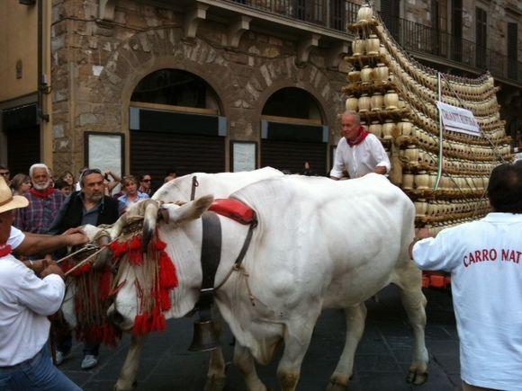 """Sul sagrato del Duomo, il 28 Settembre alle 20.45, rivive una delle grandi tradizioni della Firenze rinascimentale: l'arrivo del """"Carro Matto"""" e la benedizione del vino.  http://www.operaduomo.firenze.it/blog/posts/tra-sacro-e-profano-il-carro-matto-in-piazza-del-duomo"""