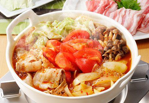 """日テレ系ドラマ「地味にスゴい」に登場した""""トマトキムチ鍋""""が、美味しそうと今話題!美容と健康にも良さそうな""""トマトキムチ鍋""""の作り方と、味変や〆も楽しめるアレンジレシピをご紹介します。"""