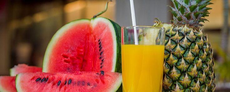 Frutas para o Verão - As 5 melhores para serem consumidas O verão está chegando, e nessa estação há um aumento do suor e da maior necessidade de hidratar-se. As frutas são uma ótima pedida para os dias quentes, pois contém água que auxilia na hidratação além de serem ricas em vitaminas, minerais e fibras. Por serem ... - http://www.provadeconcursos.com/ecoblog/2017/01/28/frutas-para-o-verao/