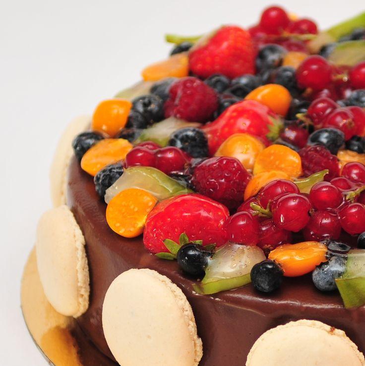 Gustul puternic de ciocolată belgiană autentică, mousse-ul fin și fructele proaspete fac de tortul Chocolate Berry unul atât de iubit de clienții Armand.