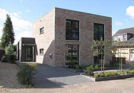 Een moderne woning, bij deze woning ligt de nadruk op het platte dak.