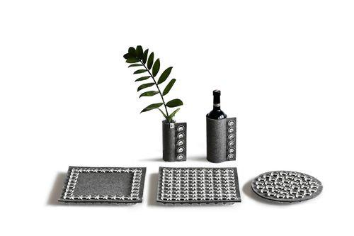OBIECTE DE DECOR MURGLAS (Austria) Obiecte utile în decorarea mesei, creaţiile Murglas sunt create din dopuri de sticlă provenite de la sticle de vin şi pâslă organica. Dopurile de sticlă sunt reciclate şi îşi găsesc o nouă viaţă în produse durabile, moderne şi de bună calitate, precum suporturile de pahare, răcitoarele de vin sau chiar vaze. Toate produsele sunt realizate manual. Suport de vin, 157 lei, platou rotund, 294,50 lei, platou pătrat, 386,40 lei, toate Murglas…