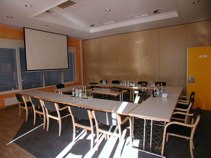 Raum Regent III ein schöner Guppenraum oder Ihr Tagungsraum klimatisiert mit einer klassichen U-form hier für 13 Personen in der Schwäbischen Toskana Ihr Tagungshotel in Heilbronn unweit von Stuttgart und dem Autobahnkreuz Weinsberg wir haben sicherlich auch den richtigen Raum für Ihre Veranstaltung