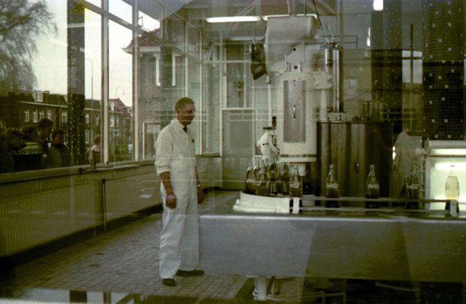 19174 1961. Coca Cola fabriek hoek Berkelstraat/Bornsestraat.Door de ramen is te zien waar ik nu woon op nummer 183.