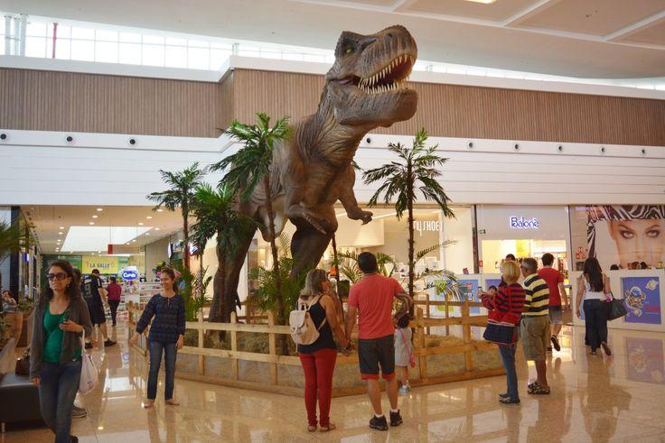Exposição de Dinossauros atrai milhares de visitantes ao Shopping Botucatu -   Inaugurada no último domingo, 23, a exposição Mundo Jurássico, sediada no Shopping Botucatu, tem atraído milhares de visitantes ao empreendimento. A exposição gratuita reúne diversas réplicas de dinossauros, como o famoso Tiranossauro Rex, que tem cerca de 5 metros de altura e 13 metros de larg - http://acontecebotucatu.com.br/cidade/exposicao-de-dinossauros-atrai-milhares-de-visitante