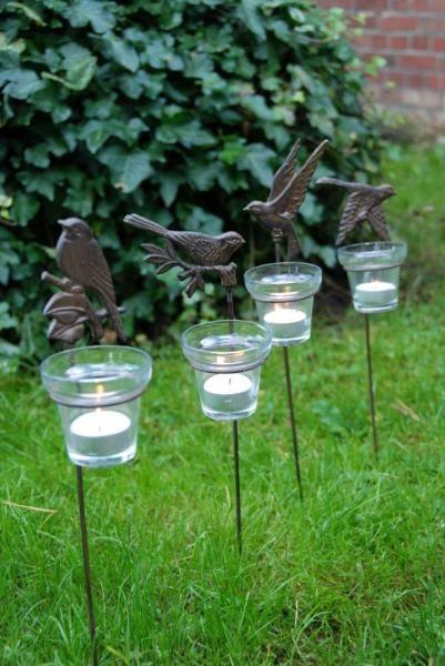 Kerti gyertyatartó, leszúrható, négy fajta madár mintával. Öntöttvas, üveg mécses tartóval.