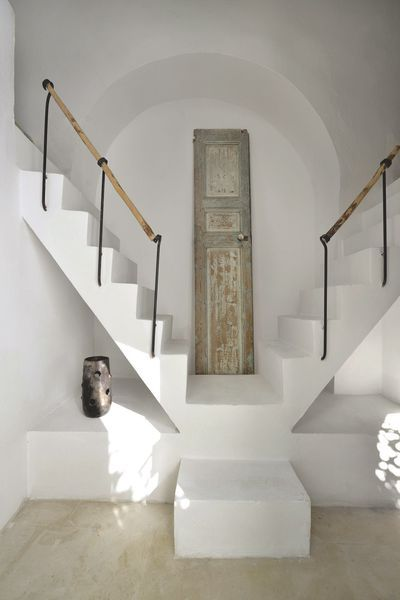 Telles des cabanes perchées en haut d'un escalier aussi sculptural qu'audacieux, deux alcôves-lits sont le royaume des enfants. Sous l'une des minichambres, on a logé un coin toilette carrelé en pâte de verre. Omniprésent dans la maison, le bâton d'olivier fait office ici de tringle à rideau. Même esprit pour une autre salle de bains au sol remarquable imaginé à partir de bris de thala posés avec de larges joints colorés aux pigments verts.